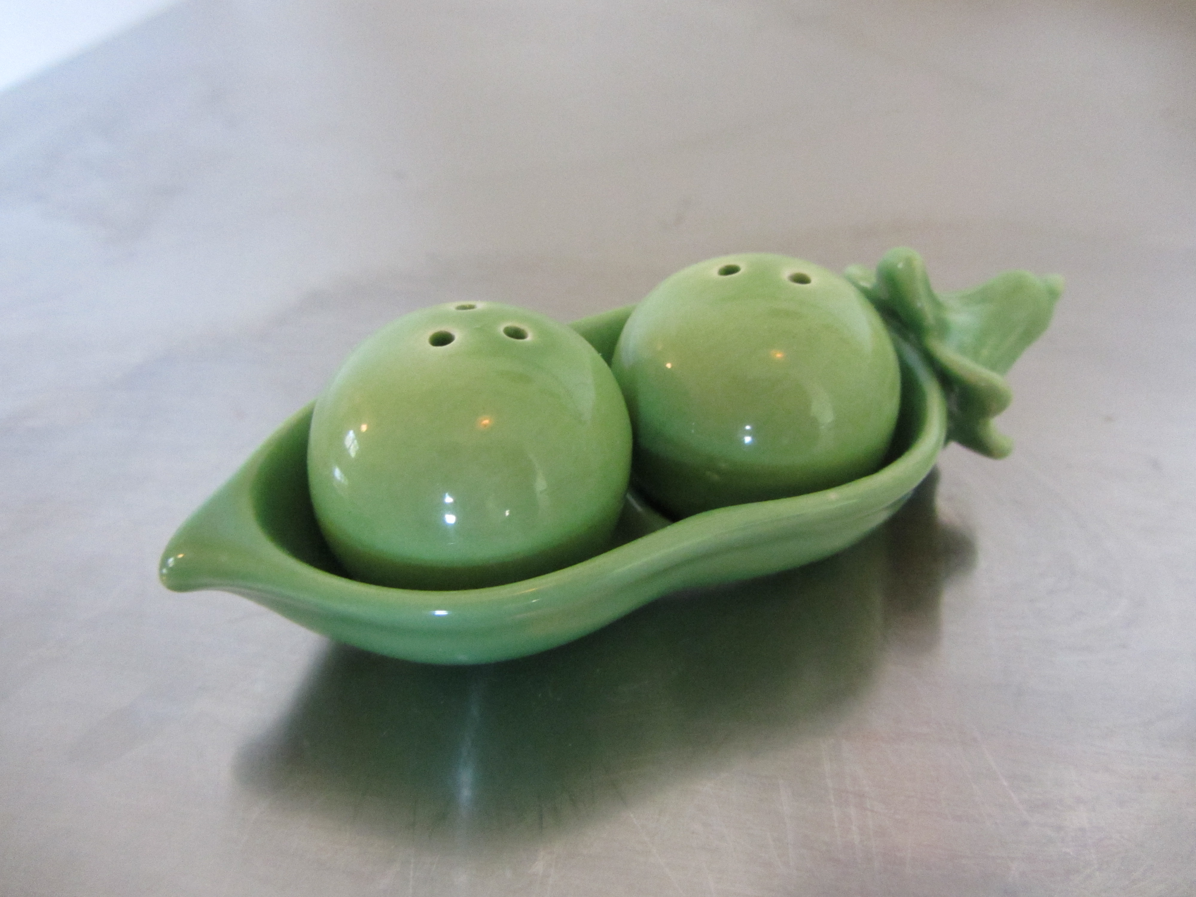 Salt and pepper shakers the home tome - Two peas in a pod salt and pepper shakers ...